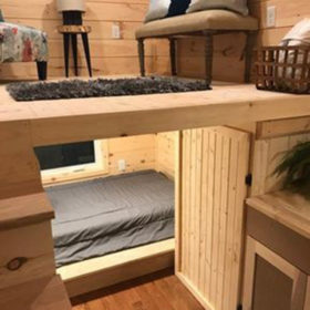 Phòng siêu nhỏ - tích hợp toàn bộ khu vực tiếp khách, giường pallet để ngủ, tủ đồ... nhưng không gian không bị rối mà vô cùng hợp lý, hiện đại