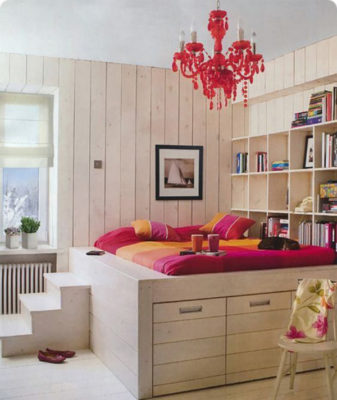 Thiết kế không gian ngủ tiện lợi, tách biệt không gian chung xung quanh nhưng rất ấn tượng với điểm nhấn là chùm đèn và bộ ga, nệm tông màu nổi