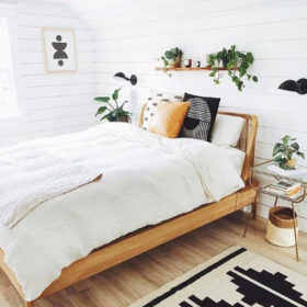 Giường gỗ pallet cách đất với phần tựa đầu giường thanh mảnh, tinh tế