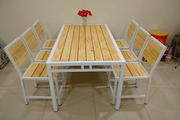 Mẫu bàn ghế làm từ gỗ thông dạng thô có thể sử dụng trong gia đình hay ở quán cafe đều đẹp