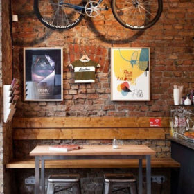 Dùng gỗ thông cho quán cafe mang hơi thở cổ điển