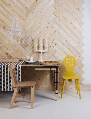 Tạo điểm nhấn ấn tượng cho tường phòng khách bằng gỗ thông