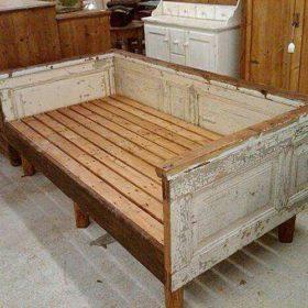 Mẫu sofa bed được làm từ các thanh gỗ thông và cánh cửa tái sử dụng