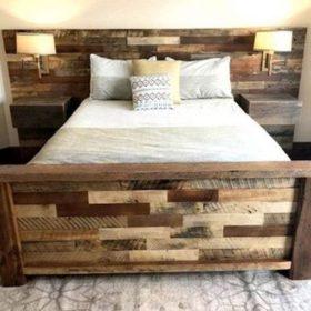 Giường ngủ ghép từ các thanh gỗ thông dư và xử lý màu tạo ấn tượng trầm ấm và cổ điển