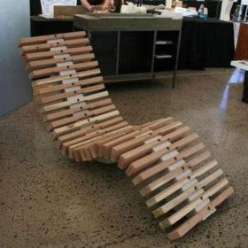 """""""Ghế xương cá"""" siêu ngầu gây ấn tượng được làm hoàn toàn từ các thanh gỗ thông bỏ đi"""
