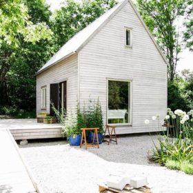 Ý tưởng thiết kế nơi nghỉ ngơi, thư giãn bằng gỗ thông dành cho gia đình có diện tích vườn sau lớn