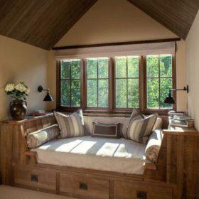 Sofa làm từ gỗ thông dùng để nghỉ ngơi, đọc sách, tận hưởng cuộc sống bên cạnh khung cửa sổ lớn, thoáng đãng mở rộng ra không gian vườn