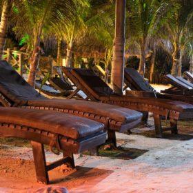 Ghế dài bài biển hòa mình vào tự nhiên với nguyên liệu hoàn toàn từ gỗ thông