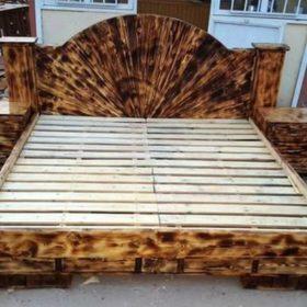 """Giường ngủ làm hoàn toàn từ gỗ thông với các """"hoa văn lửa"""" ấn tượng"""