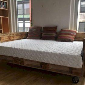 Sofa bed thông minh làm từ gỗ thông và được gắn bánh xe để dễ dàng di chuyển khi cần