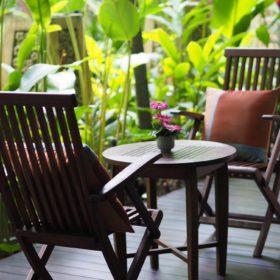 Cũng là bàn ghế đặt bên hiên nhà hay ngoài trời nhưng thiết kế này mềm mại và nữ tính hơn với bộ gối ôm màu trầm - tất cả hòa cùng không gian xung quanh