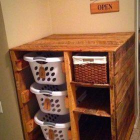 Nhà đông người hãy tận dụng gỗ thông thô thiết kế ngay tủ để đồ dơ để rèn cho các bé tính ngăn nắp, gọn gàng từ nhỏ
