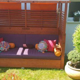 Sofa làm từ gỗ thông được thiết kế theo tông màu trầm và mang đậm phong cách phương Đông