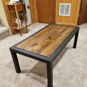 Nếu gia đình bạn được thiết kế toàn bộ từ gỗ thông thì một chiếc bàn truyền thống, dễ thiết kế không thể bỏ qua