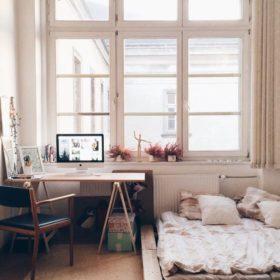 Phòng ngủ tối giản sử dụng nội thất hoàn toàn từ gỗ thông