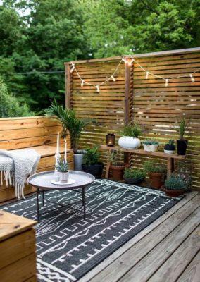 Cũng là nơi để thư giãn ngoài trời làm từ gỗ nhưng thiết kế này mang lại cảm giác trầm ấm, tối giản hơn thiết kế trên rất nhiều
