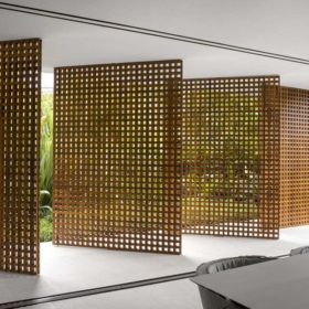 Cửa xoay bằng gỗ thông thiết kế theo ý tưởng từ phên tre truyền thống giúp đón trọn không khí trong lành từ tự nhiên