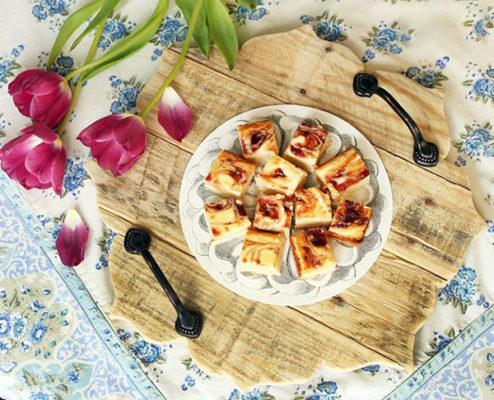 Khay gỗ để đồ ăn hình bông hoa mộc mạc