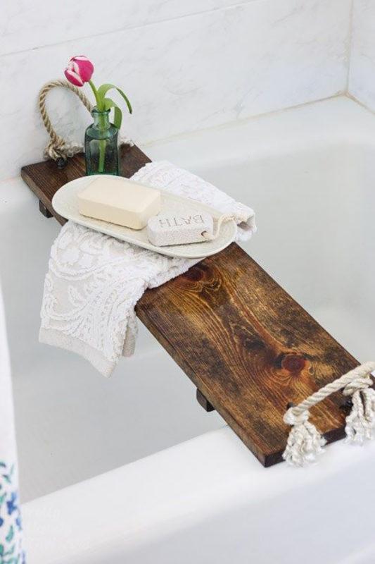 Giá để đồ mộc mạc gác trên bồn tắm