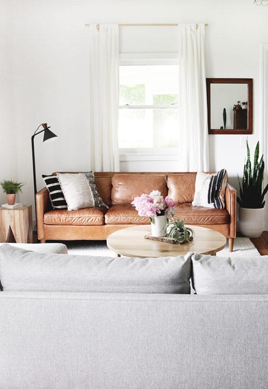 Ghế sofa da sang trọng, bên cạnh là bàn góc trang trí làm từ gỗ pallet cũ
