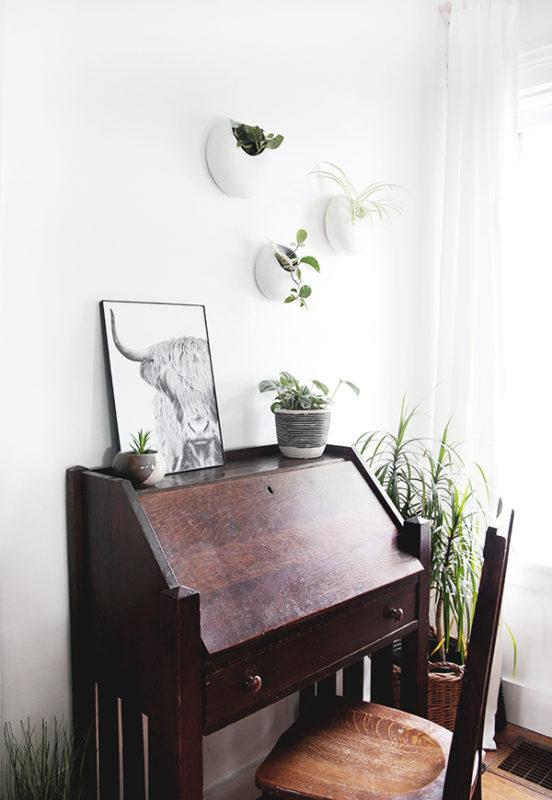 Tận dụng bàn café cũ làm bàn trang trí góc